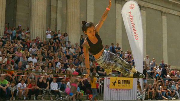 Desafiando la gravedad en la competición mundial de slackline