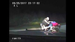 شاهد: مطاردةٌ وسلاحٌ وعنفٌ مجّاني من شرطي أمريكي بحق سائق دراجة نارية