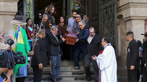 Centenares de admiradores rinden homenaje a João Gilberto