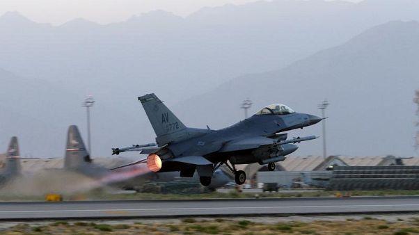عکس تزیینی است؛ جنگنده اف ۱۶ آمریکایی در پایگاه بگرام