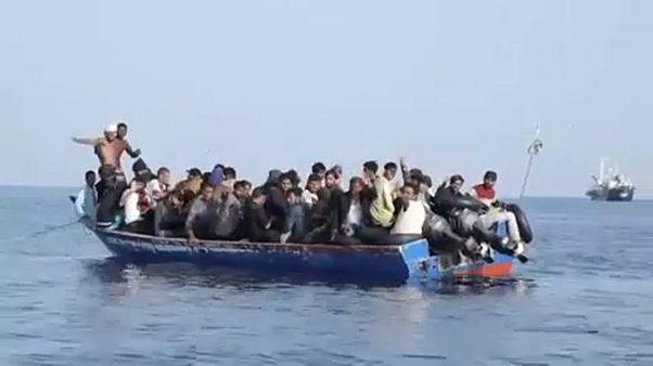 Egy mentés képei: negyvennégyen zsúfolódtak össze egy ladikban a Földközi-tengeren