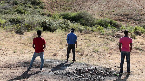 مهاجرون أفارقة في منطقة جبلية بالقرب من طنجة بالمغرب يوم 25 يونيو حزيران 2019