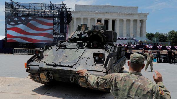 جندي أمريكي يقف أمام مركبة برادلي بعيد الاستقلال في واشنطن يوم 3 يوليو تموز 2019