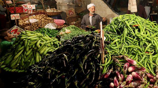 بائع خضروات بسوق القاهرة ديسمبر كانون الأول 2018