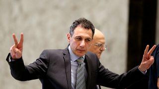 نزار زكا، رجل الأعمال اللبناني الحاصل على إقامة أمريكية دائمة، الذي أطلقت إيران سراحه يلوح بعلامة النصر لدي وصوله إلى قصر الرئاسة اللبنانية في بعبدا يوم 11 يونيو حزيران 2019