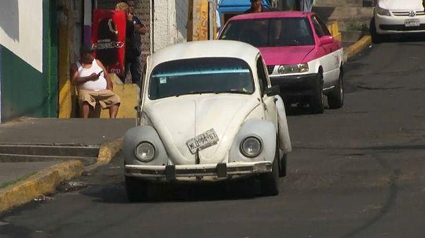 سيارة فولسفاغن الخنفساء تجوب شوارع المكسيك