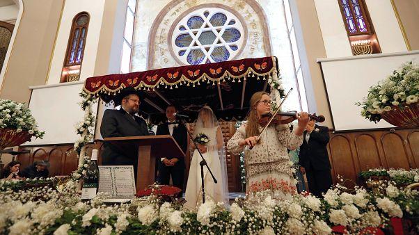 مراسيم عقد قران لزوج يهودي في كنيس نفيه شالوم في إسطنبول-تركيا