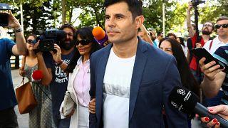 Javier Sánchez-Santos, que dice ser hijo del cantante español Julio Iglesias, llega para comparecer ante un tribunal de Valencia.