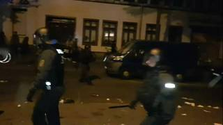 عنصران من الشرطة الألمانية يطاردان المتظاهرين