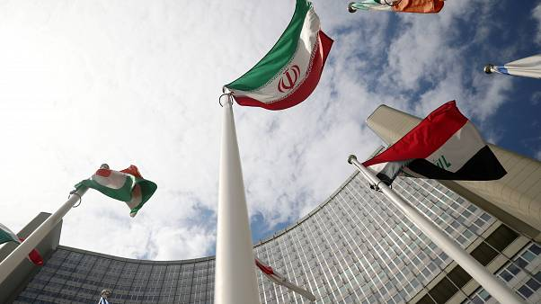 Az iráni zászló a NAÜ-székház előtt