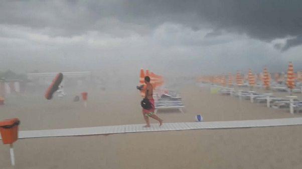 أحد الأشخاص، الذين كانوا على الشاطئ قبل هبوب العاصفة، هارباً