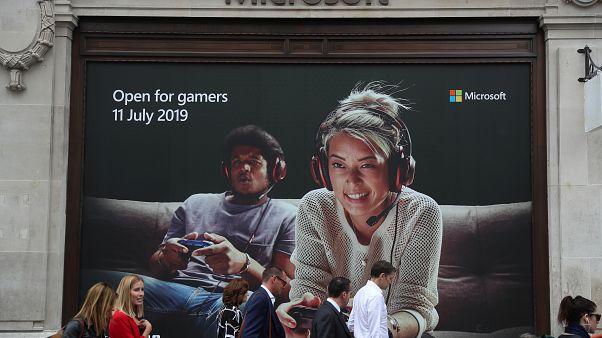ملصق دعائي لشركة ميكروسوفت على مدخل مبنى المتجر في لندن