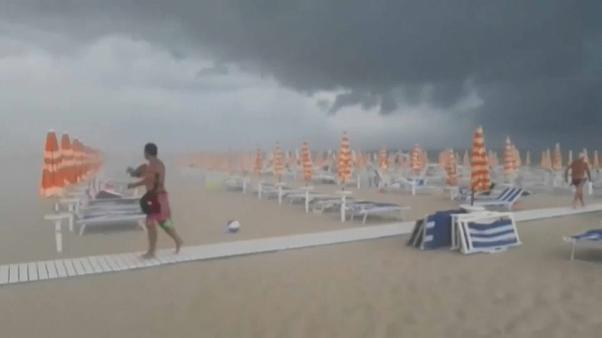 Una sobrecogedora tormenta azota la playa italiana de Tortoreto