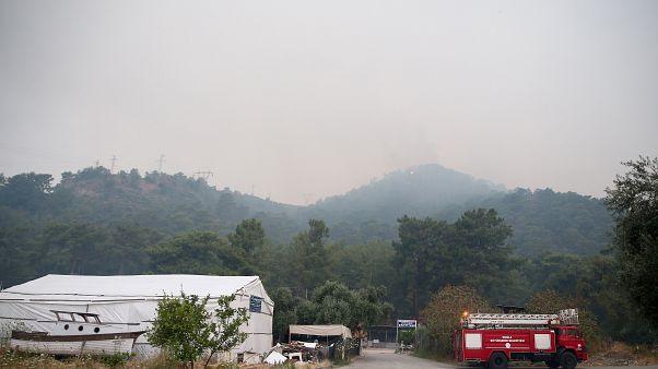 Muğla'nın Dalaman ilçesinde çıkan ve rüzgar nedeniyle Fethiye ilçesine bağlı Göcek Mahallesi'ne kadar ulaşan yangını söndürme çalışmaları sürüyor