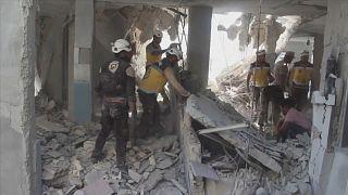 شاهد: رجال إنقاذ يبحثون وسط الأنقاض عن ضحايا القصف الجوي بريف إدلب