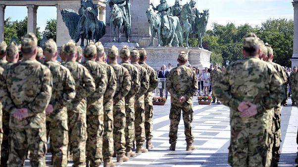 Benkő Tibor honvédelmi miniszter beszédet mond az MH Altiszti Akadémián idén végzett honvéd altisztek ünnepélyes avatásán, a Hősök terén 2019. július 6-án