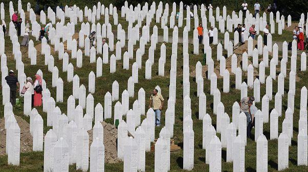 A srebrenciai mészárlás áldozataira emlékeztek