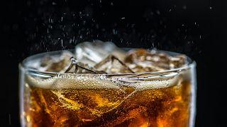دراسة تكشف: هل السكر الموجود في العصائر والمشروبات الغازية تتسبب بالسرطان؟