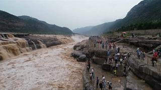 مشاهد تخطف الأنظار لفيضان أحد أكبر الشلالات في الصين وأصبح قبلة السياح
