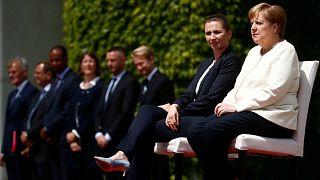 Merkel üçüncü titreme nöbetinden sonra askeri töreni oturarak izledi