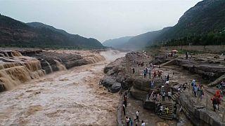Çin'de Sarı Irmak üzerinde bulunan Hukou Şelalesi'ne turist akını