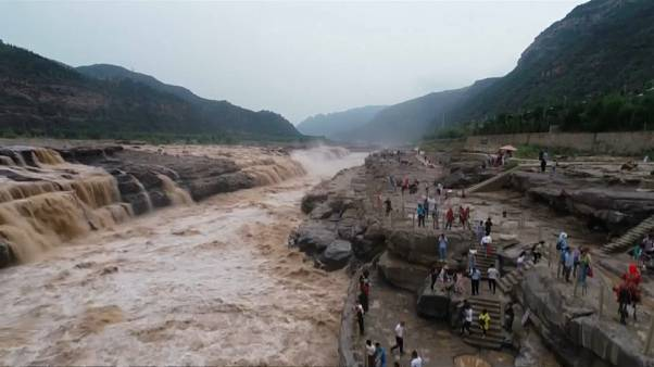 China's Hukou Waterfall wows visitors amid best-viewing period