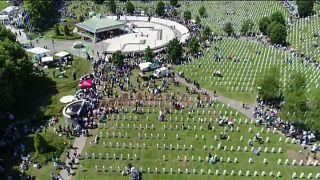 البوسنة: تخليدا لذكرى مذبحة سريبرينيتسا الآلاف يحتشدون يصلون ويستذكرون بشاعة الحرب