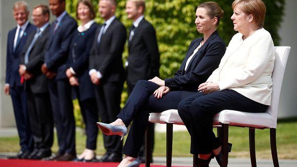 Η Μέρκελ υποδέχτηκε καθιστή την πρωθυπουργό της Δανίας