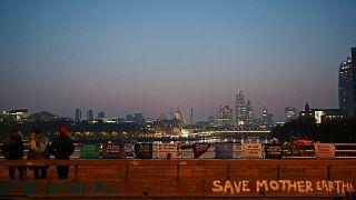 """ناشطون بيئيون ينتمون إلى مجموعة """"تمرد-انقراض"""" يقطعون أحد جسور لندن في حركة احتجاجية على سياسة الحكومة"""