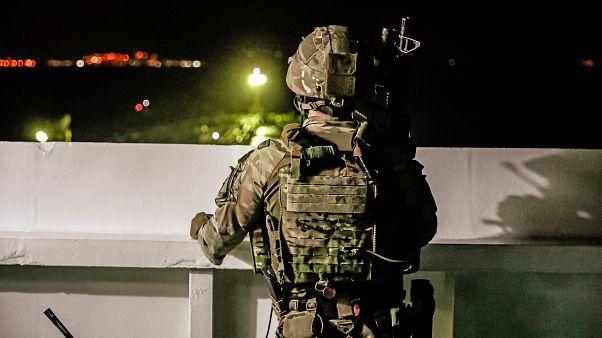 جندي بريطاني يراقب عملية التدخل التي قادها جهاز أمني وأدت إلى احتجاز ناقلة النفط الإيرانية (جبل طارق)