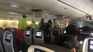 Αναγκαστική προσγειώση αεροσκάφους μετά από αναταράξεις – Δεκάδες τραυματίες - BINTEO