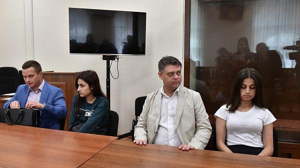 Taciz eden babalarını öldürmekle yargılanan 3 kız kardeşe 230 bin imza desteği