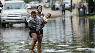120 km/órás széllel közeledik a hurrikán az elárasztott New Orleans-hoz