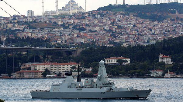 Navio de guerra britânico a caminho do Golfo Pérsico
