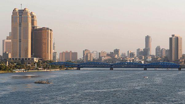 صورة لجسر فوق نهر النيل بالقاهرة