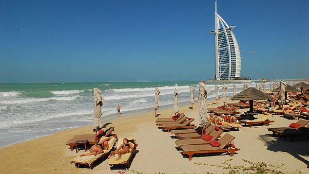خرید مشروبات الکلی در دبی؛ گردشگران مجوز ۳۰ روزه دریافت میکنند