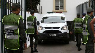موكب تابع للشرطة المغربية يصل إلى مبنى المحكمة في مدينة سلا