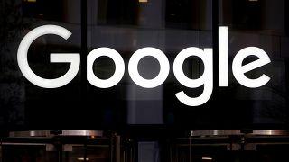 """""""لوغو"""" غوغل على واجهة مكاتب الشركة في لندن البريطانية"""