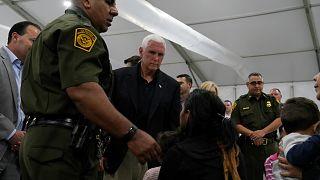 """مهاجرون يهتفون """"لا مكان للاستحمام"""" أثناء زيارة نائب الرئيس الأميركي لمركز احتجاز مهاجرين"""