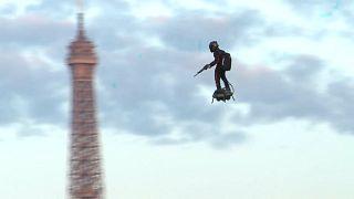 Paris: Fliegender Soldat mit Skateboard und Maschinengewehr