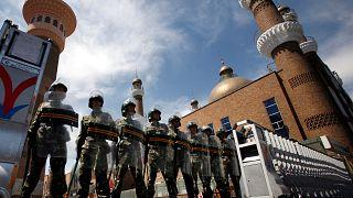 شرطة مكافحة الشغب الصينية أمام مسجد في إقليم شينجيانغ