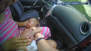 الرضيعة رايلي في يد ضابط الشرطة الأميركي