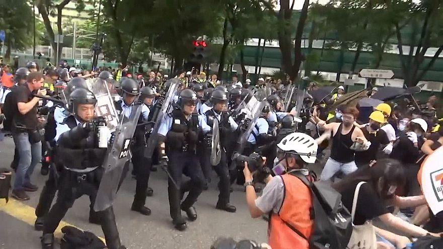 هنگکنگ؛ حمله پلیس به معترضان قانون استرداد مجرمان