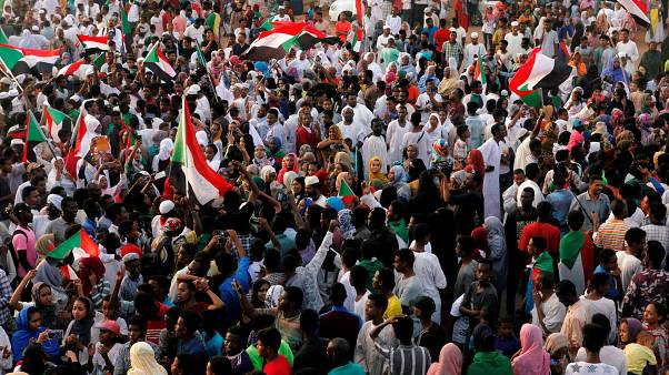 سودانيون يحتفلون في الخرطوم بعد توصل المجلس العسكري الانتقالي وأطياف المعارضة إلى اتفال لتقاسم السلطة (أرشيف)