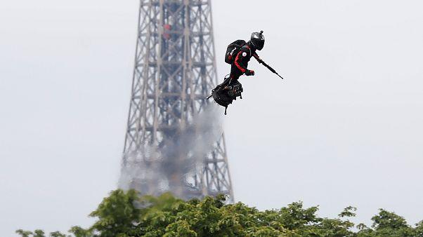 """""""الجندي الطائر"""" الذي قدّمته القوات الفرنسية خلال عرض العيد الوطني اليوم"""