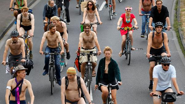 شاهد: راكبو الدرجات يتظاهرون شبه عراة في ألمانيا لتعزيز الأمن على الطرقات