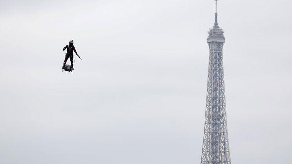 14 Temmuz Bastille Günü kutlamalarında Paris'te flyboard'lu askere yoğun ilgi