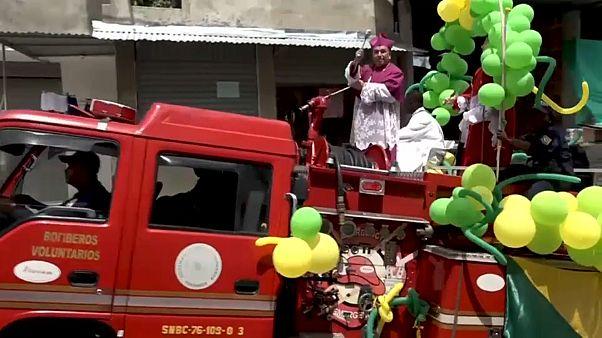 المطران الكاثوليكي مونتايا على ظهر عربة الإطفاء في بوينافنتورا الكولومبية