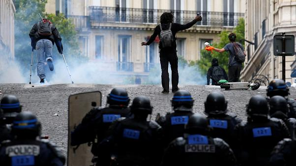 إطلاق الغازات المسيلة للدموع لتفريق محتجين في شارع الشانزليزيه أثناء الاحتفال بيوم الباستيل