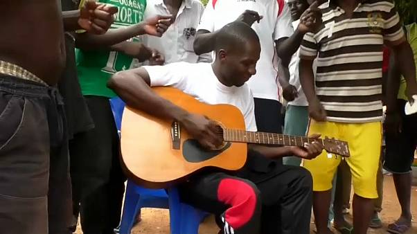 مُدان بتهمة الاحتيال يحقق شهرة واسعة بفضل أُغنيات تُنتج في سجن ببوركينا فاسو